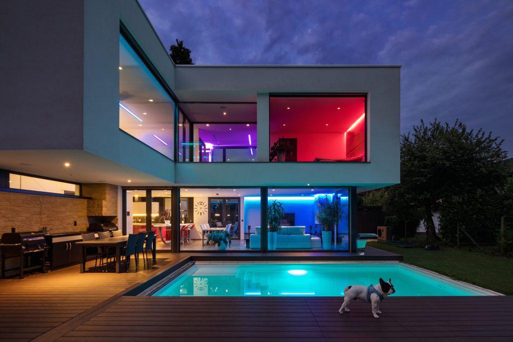 moderne villa mit verbauten led strips beleuchtet rgb