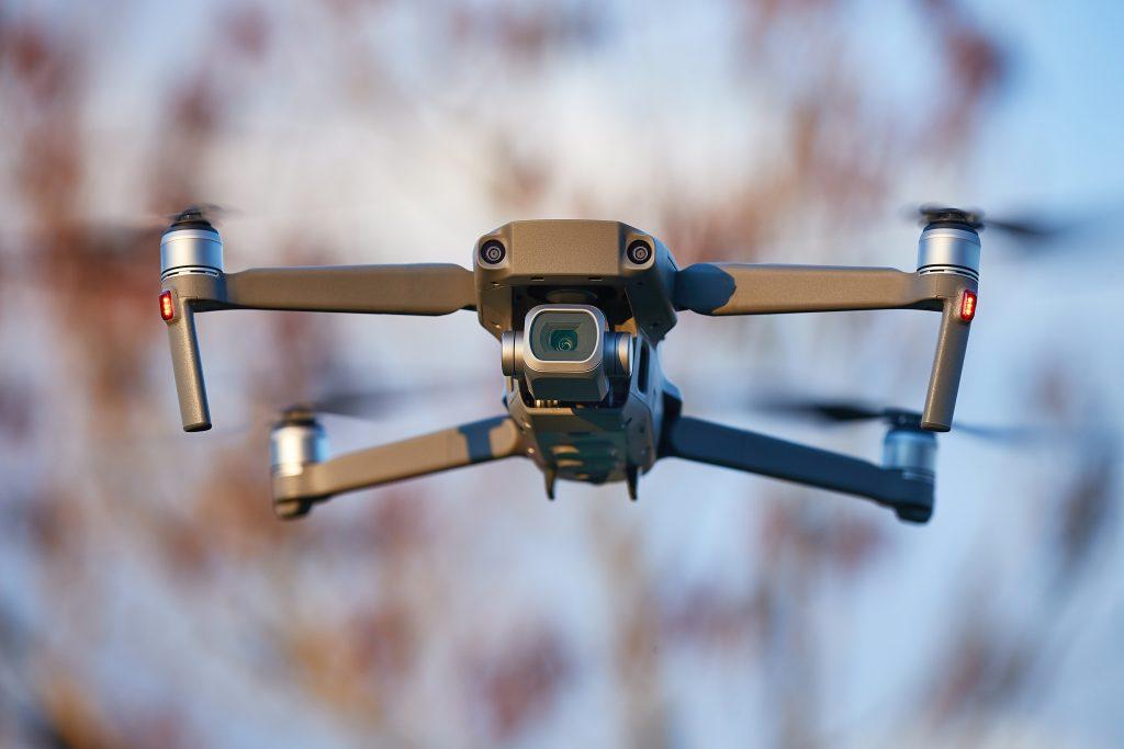 drone im flugmodus draußen von nahem
