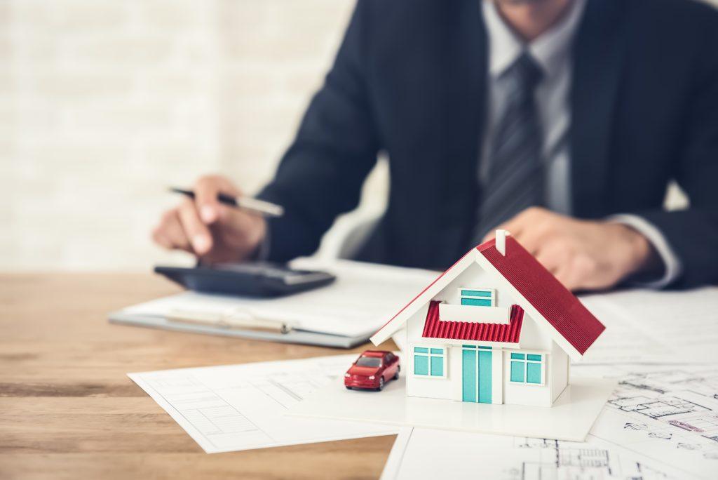 geschäftsmann berechnet budget, immobilien unterzeichnen vertrag